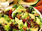 Avocados auf Blattsalaten mit Nüssen Rezept