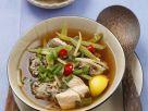 Bouillon mit Lachs, Reisklößchen, Bambus und Gemüse Rezept