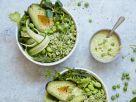 Bowl mit Brokkolireis, Avocado und Edamame Rezept