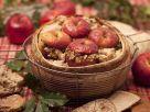 Bratäpfel im Brot serviert Rezept