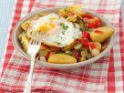 Bratkartoffeln mit Paprika, Speck und Ei Rezept