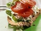 Brot mit Frischkäse und Tomaten Rezept