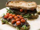 Brote mit Steak, geschmorten Tomaten und Rucola Rezept