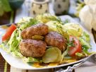 Buletten auf Salat mit Dillkartoffeln Rezept