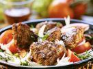 Buletten auf Zwiebel-Tomaten-Salat Rezept