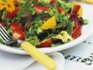 Bunter Blattsalat mit Früchten Rezept