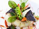 Bunter Salat in Artischocke serviert Rezept