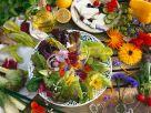 Bunter Salat mit Blüten Rezept