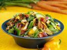 Bunter Salat mit Gemüse, Bacon und Hähnchen Rezept