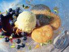 Buttermilch-Pfannküchlein mit Heidelbeerkompott und Vanilleeis Rezept