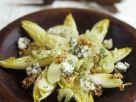 Chicorée-Apfel-Salat mit Roquefort und Nüssen Rezept