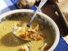 Cremige Topinambursuppe mit Sesam und frittierten Gemüsescheiben Rezept