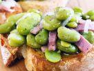Crostini mit Bohnen, Zwiebeln und Schinken Rezept