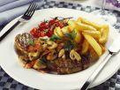 Deftiges Steak mit Champignons, Tomaten und Pommes Rezept
