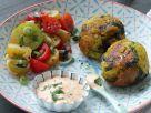 Dicke Bohnen-Bällchen mit Spinat, buntem Tomatensalat und rosa Feuerdipp Rezept