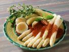 Erdbeersoße auf weißem Spargel dazu Ei und Salzkartoffeln Rezept