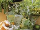 Feta mit Oliven, Giersch-Bowle, dahinter Gourmet-Geranien Rezept