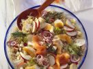 Fruchtiger Sauerkrautsalat mit geräuchertem Fisch Rezept