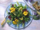 Frühjahrssalat mit Blüten Rezept