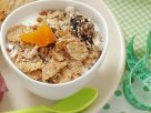 Frühstück mit Müsli und Brötchen Rezept