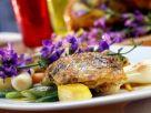 Gefüllte Poularde mit Essblüten und Gemüse Rezept