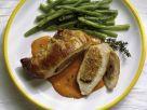 Gefüllte Schweinekoteletts mit Tomatensauce und Bohnen Rezept