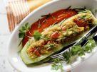 Gefülltes Gurkenschiffchen mit Tomatensauce Rezept