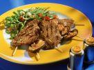Gegrillte Rindfleisch- und Pilzspieße mit Salat Rezept