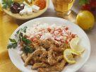 Gegrillte Schweinefleischstreifen (Gyros) mit Tomatenreis und Feta-Salat Rezept