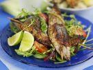 Gegrillte Spieße mit Fisch dazu Salat Rezept