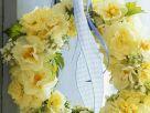 Gelber Kranz aus Narzissen, Frühlingsprimeln an Türklinke Rezept