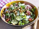 Gemischter grüner Salat mit Zucchini, Pinienkernen und Rohschinken Rezept