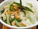Gemischtes Gemüse mit thailändischem Basilikum und Reis Rezept