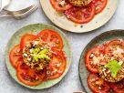 Gemüse-Tatar mit Quinoa auf Tomaten und Paranüssen Rezept