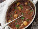 Geschmortes Rindfleisch in Rotweinsoße (Boeuf Bourguignon) Rezept