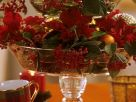 Glasetagere mit Weihnachtsstern und Zwergmispel Rezept