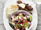 Griechische Fleischspießchen und buntem Salat mit Feta Rezept