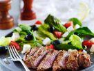 Griechischer Salat mit Lammsteaks Rezept