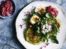Grüne Erbsenpuffer mit Ei, Ziegenkäse und roten Zwiebeln Rezept