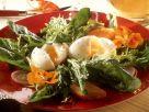 Grüner Salat mit Eiern und Blüten Rezept