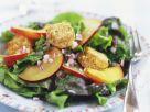 Grüner Salat mit Nektarinen und panierten Camembert-Stückchen Rezept