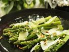 Grüner Spargel mit Parmesan Rezept