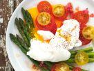 Grüner Spargel mit Tomatensalat und pochierten Eiern Rezept