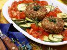 Hackfleischküchlein auf mediterranem Gemüse Rezept
