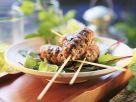 Hackfleischspieße vom Grill auf Rote-Bete-Blättern Rezept