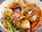 Hähnchenschlegel in Speckhülle auf Gemüse Rezept