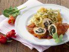 Hühnerbrust mit Spinat gefüllt dazu Paprikasoße und Nudeln Rezept