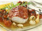 Kabeljau im Chorizo-Mantel mit Tomaten, Knoblauch und Zwiebeln Rezept