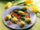 Käsecreme in der Zucchiniblüte mit Tomatensauce Rezept