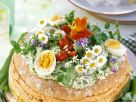 Käsetorte mit Wildkräutern, Essblüten, Eiern und Cocktailtomaten Rezept